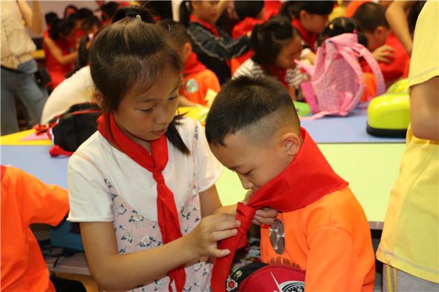 姐姐帮我们系上红领巾